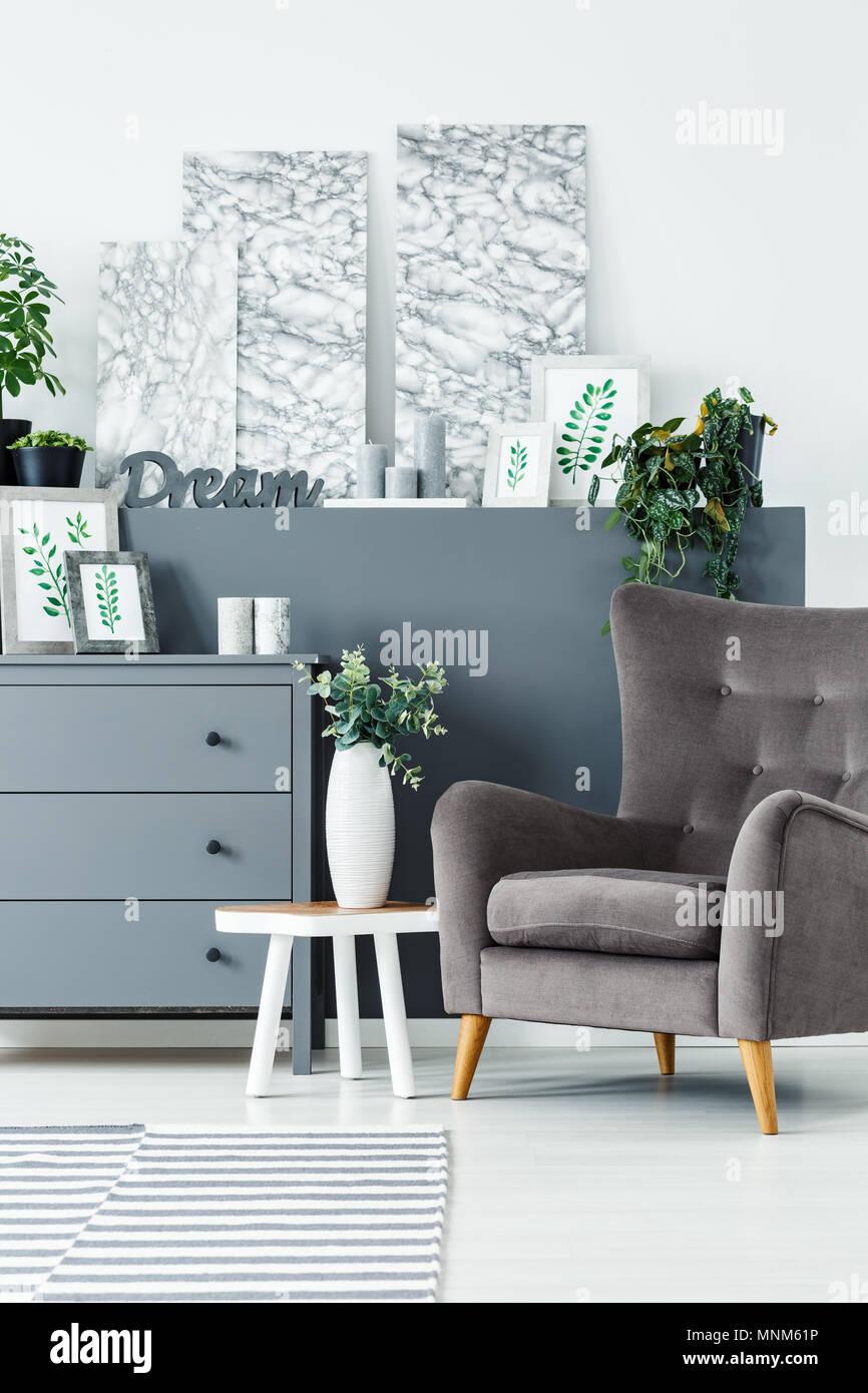Gemalde Grau Kommode Und Ein Bequemer Sessel In Einem Modernen