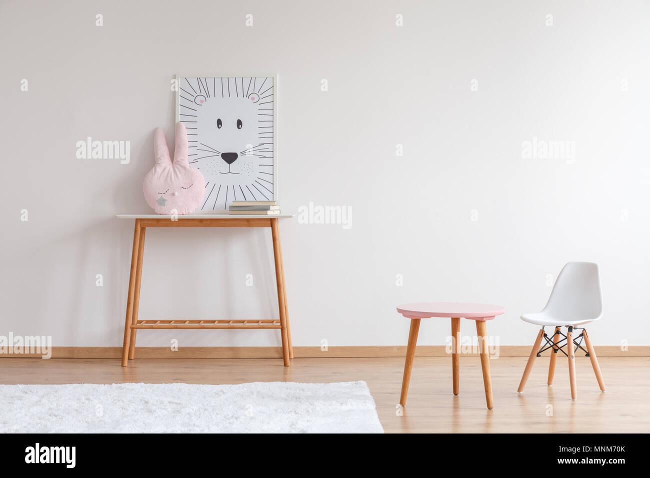 Lion Poster Und Pastell Kissen Auf Hölzernen Tisch In Dem Zimmer In