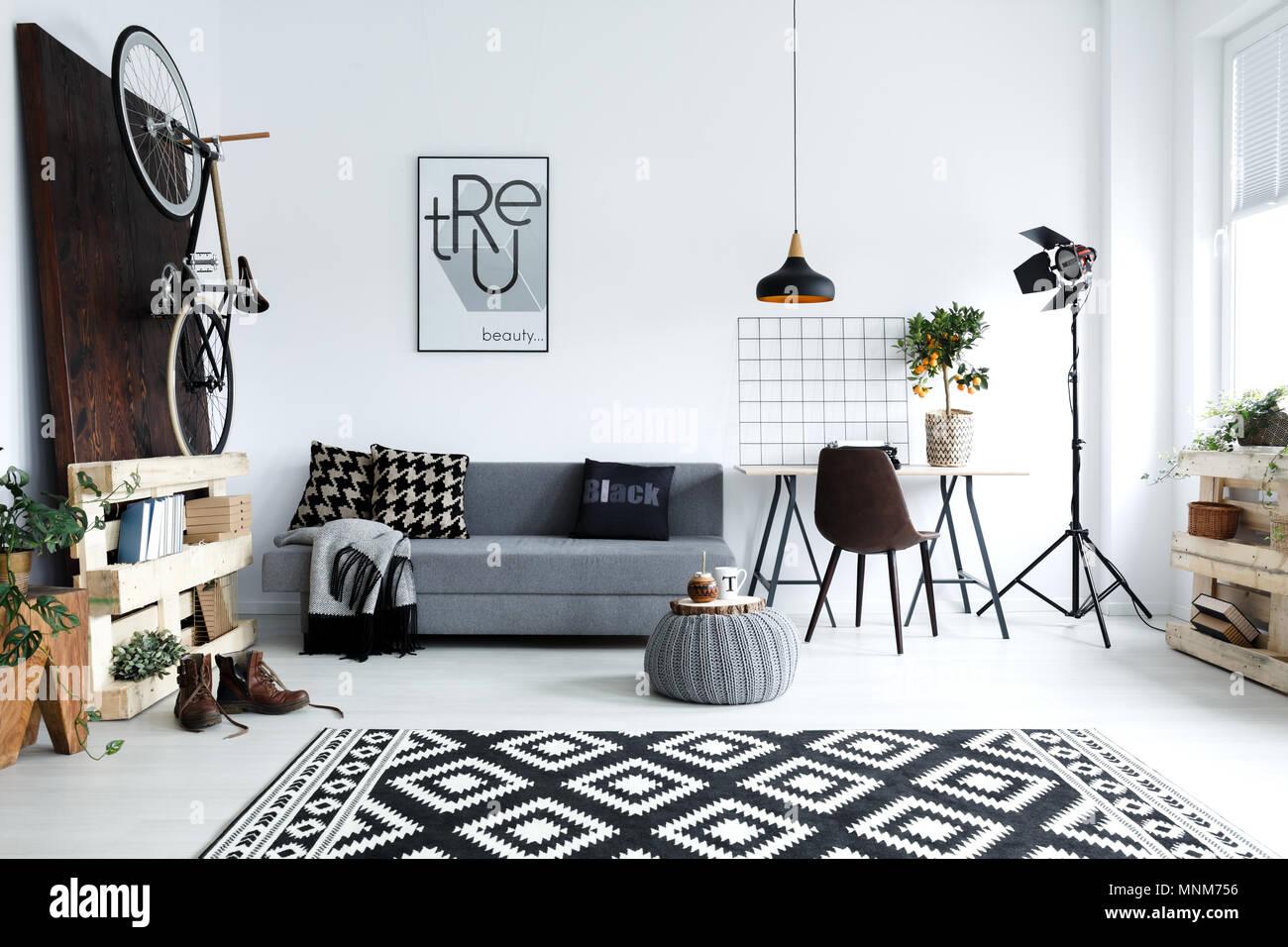 Hüfthose Style, Weiß Wohnzimmer Mit Sofa, Pouf, Teppich, Fahrrad