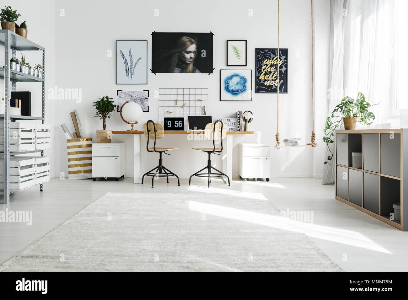 Geraumige Weiss Home Office In Nach Skandinavischer Stil Stockfoto