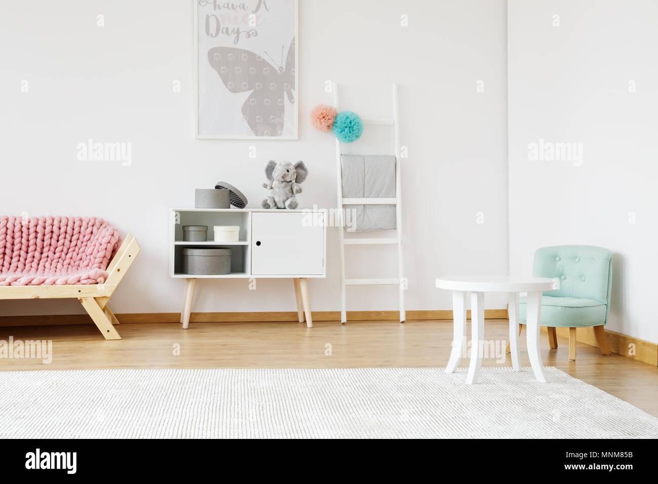 Holz- rosa Couch und kleine mint Stuhl im Kinderzimmer mit ...