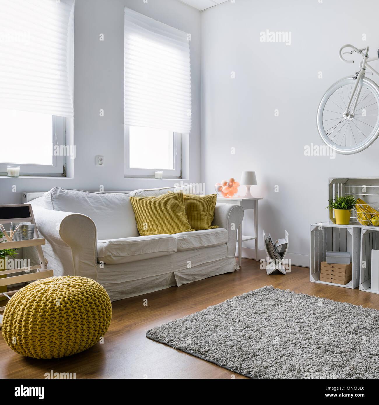 Wohnzimmer Mit Sofa Teppich Holzpaneele Und Stilvolle Dekorationen