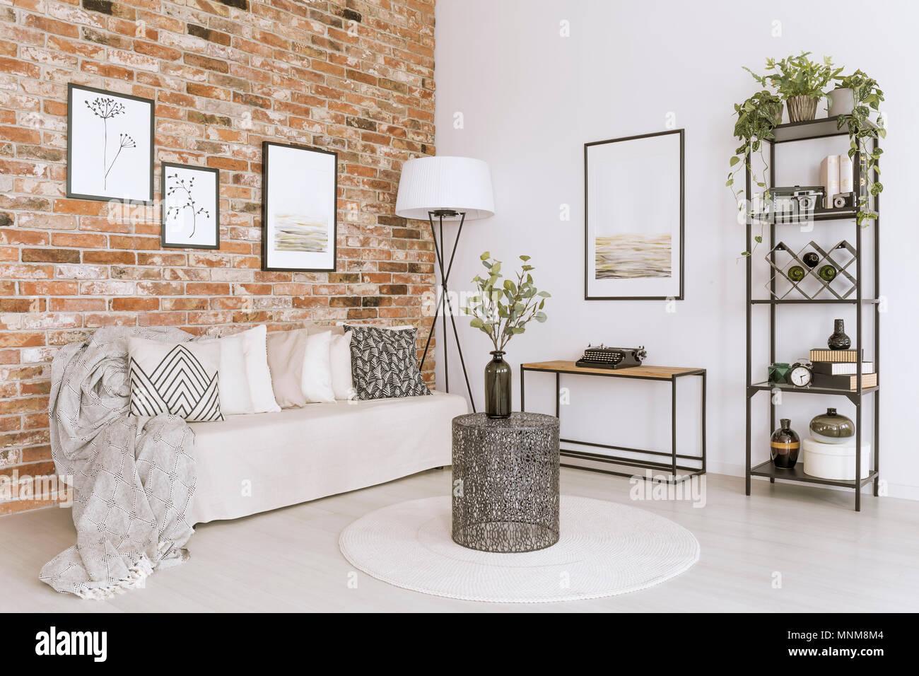 Designer Tisch Mit Vase Auf Weisse Runde Teppich Vor Der Weissen Sofa