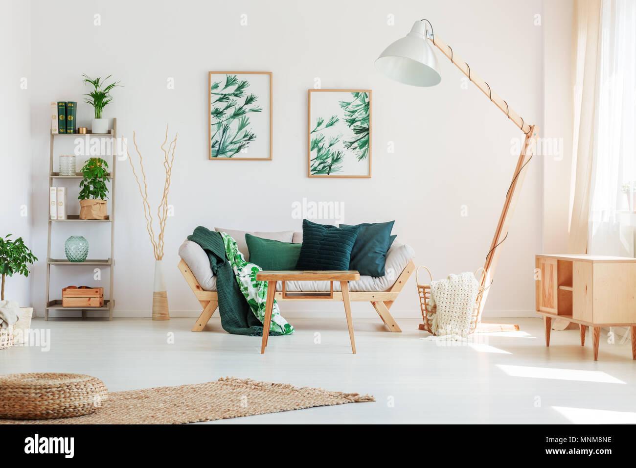 Dunkelgrün Kissen Auf Beige Sofa Gegen Weiße Wand Mit Gemälden Mit  Blumenmotiv In Natürlichen Wohnzimmer