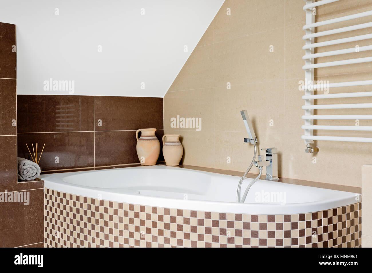 Luxuriöses Badezimmer Einrichtung in Braun mit Mosaik Fliesen ...