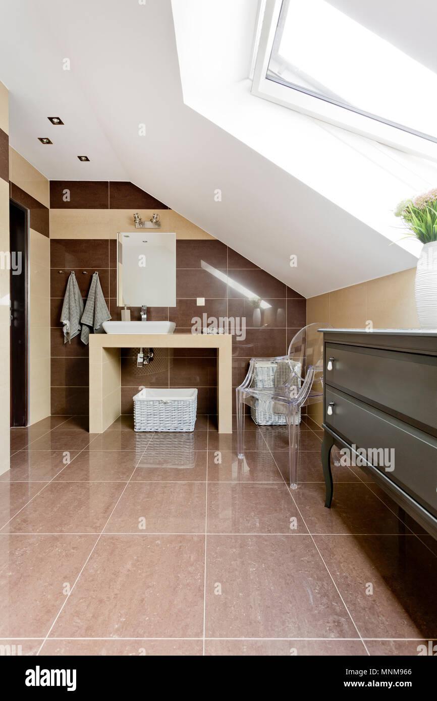 Neuen Stil Dachgeschoss Badezimmer mit braunen Fliesen ...