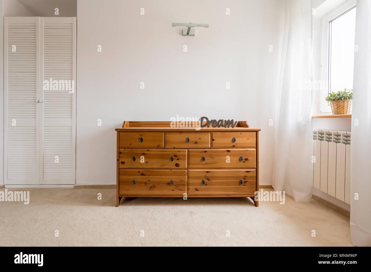 Licht Schlafzimmer mit Fenster und Holz kommode Stockfoto ...