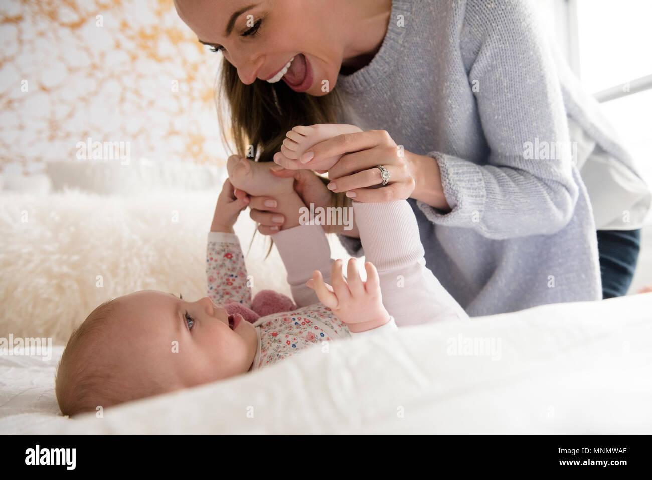 Mutter spielt mit Baby (18-23 Monate) Stockbild