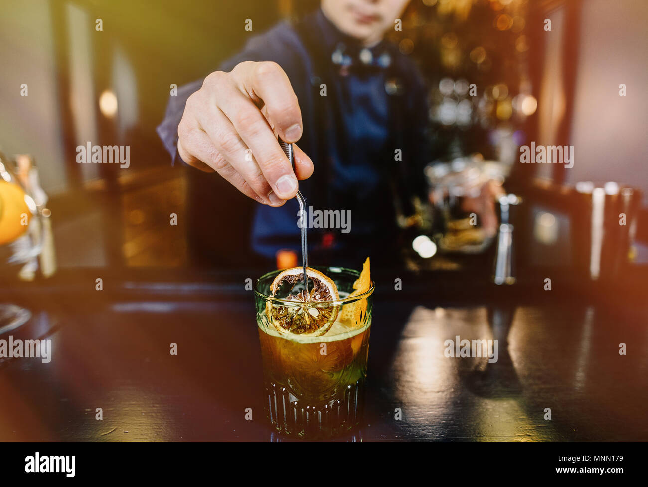 Experte Barkeeper macht Cocktail an der Bar. Stockbild