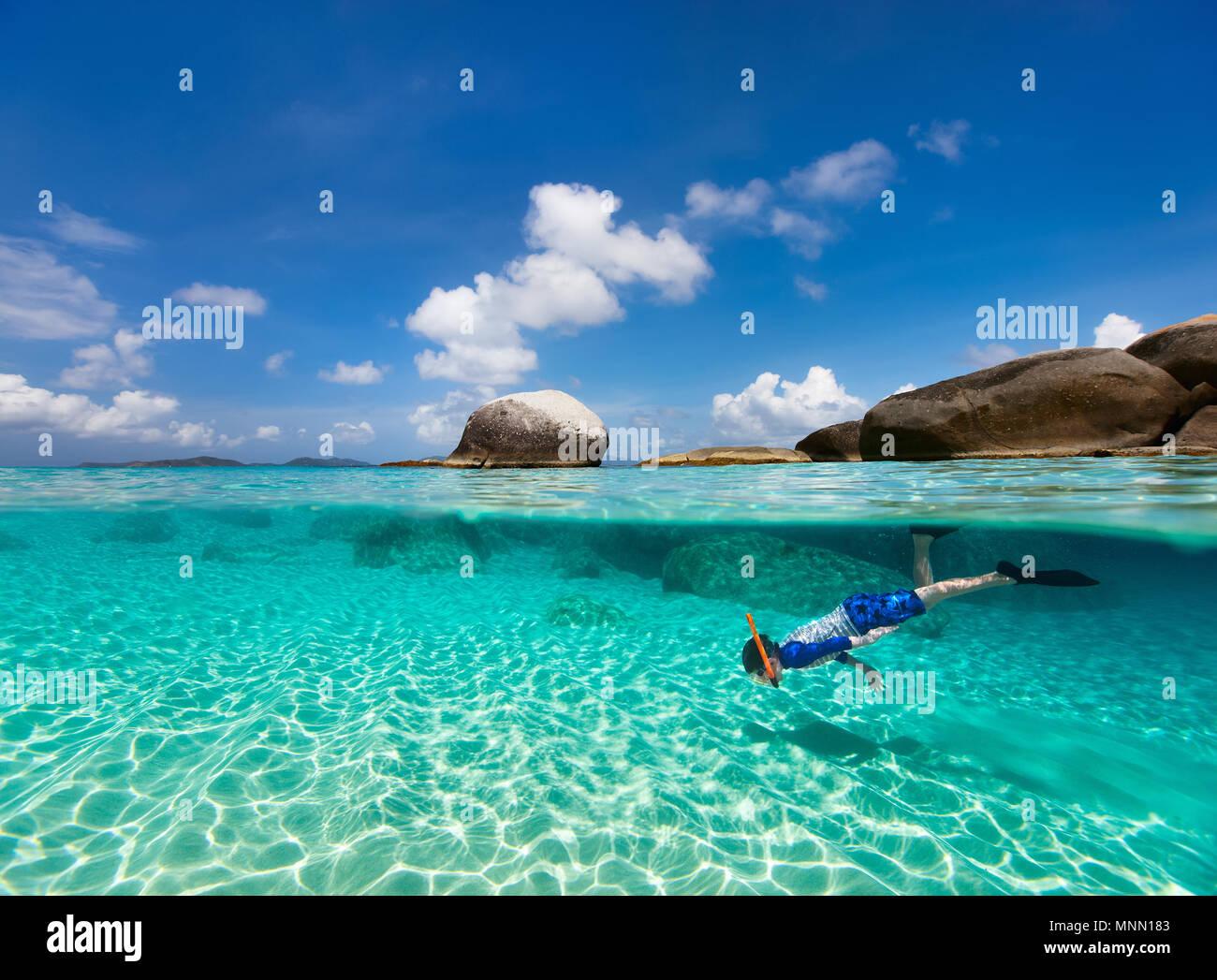 Split Foto des kleinen Jungen schnorcheln im türkisfarbenen Meer Wasser bei tropischen Insel Virgin Gorda, Britische Jungferninseln, Karibik Stockfoto