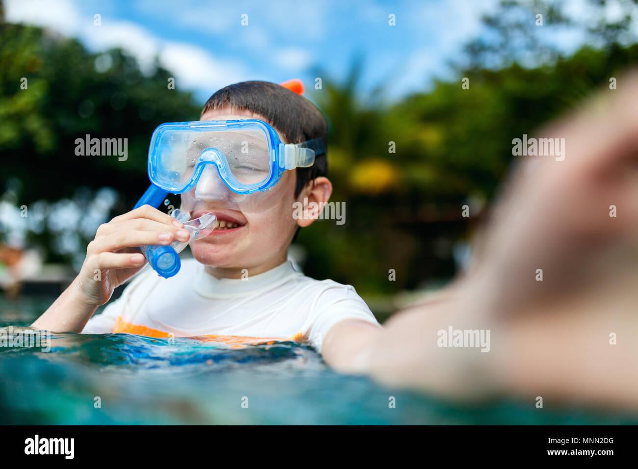 Süße Junge mit Schnorchelausrüstung, selfie in einem Wasser genießen Sommer Urlaub Stockfoto