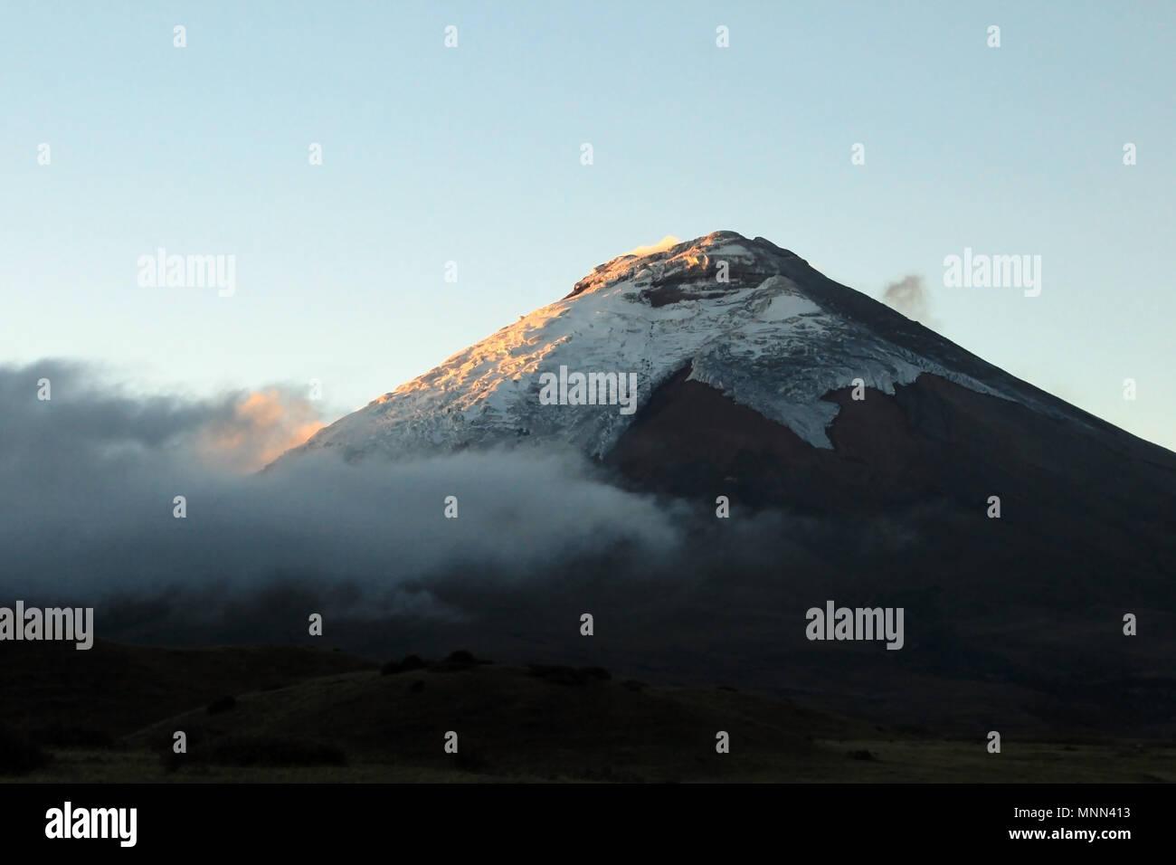 Vulkan Cotopaxi, bei Sonnenuntergang, Ecuador Stockbild