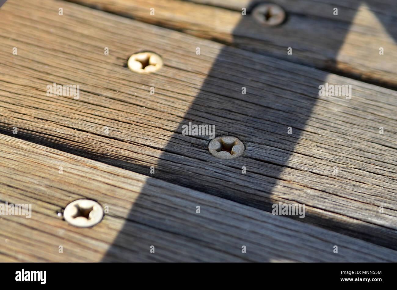 Nahaufnahme von Metall Schrauben in die holzbohlen der Brooklyn Bridge Stockbild