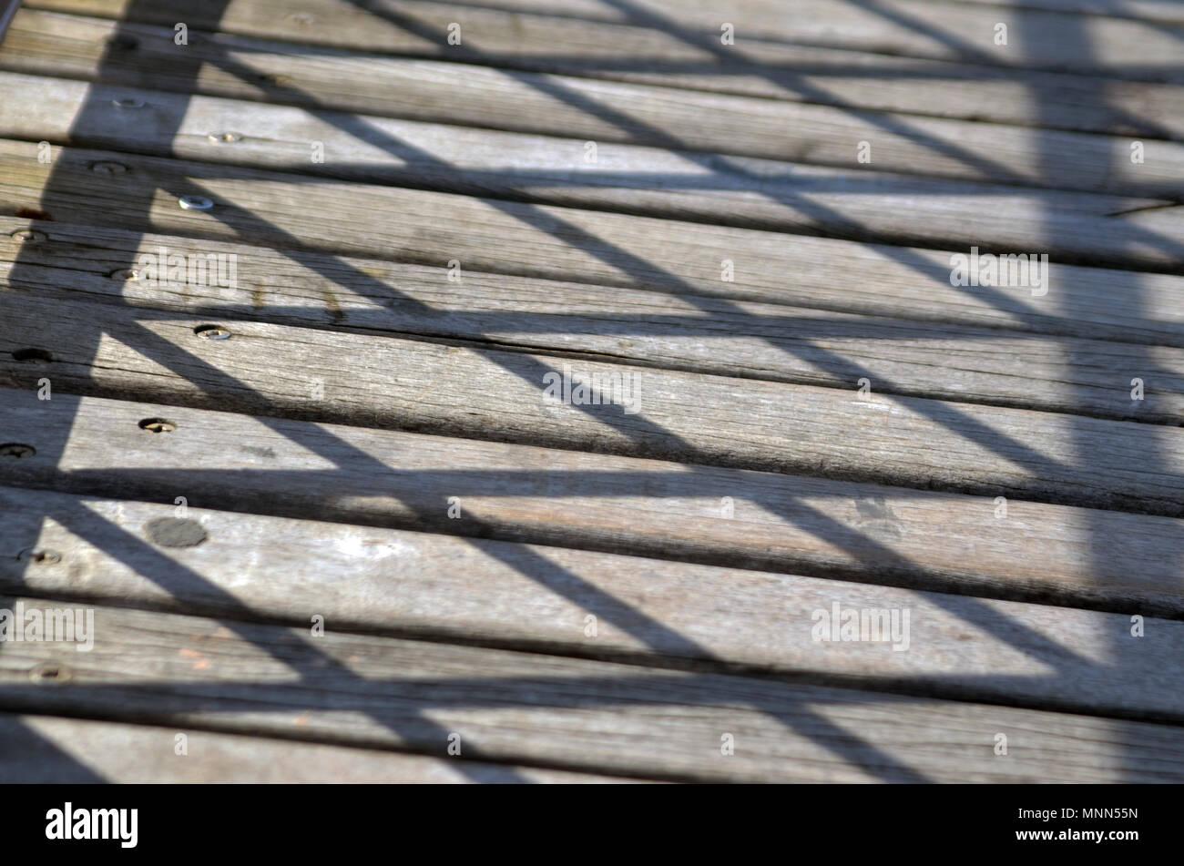 Zick-zack-Muster der Schatten auf Holzbohlen auf der berühmten Brooklyn Bridge Stockbild
