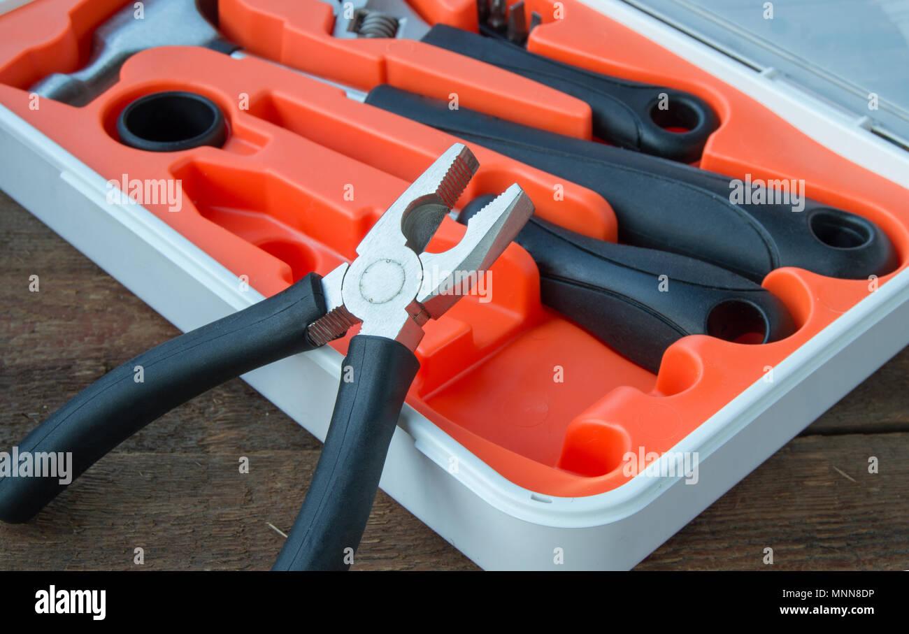 Werkzeuge auf alten hölzernen Brett mit Kopie Raum Stockfoto