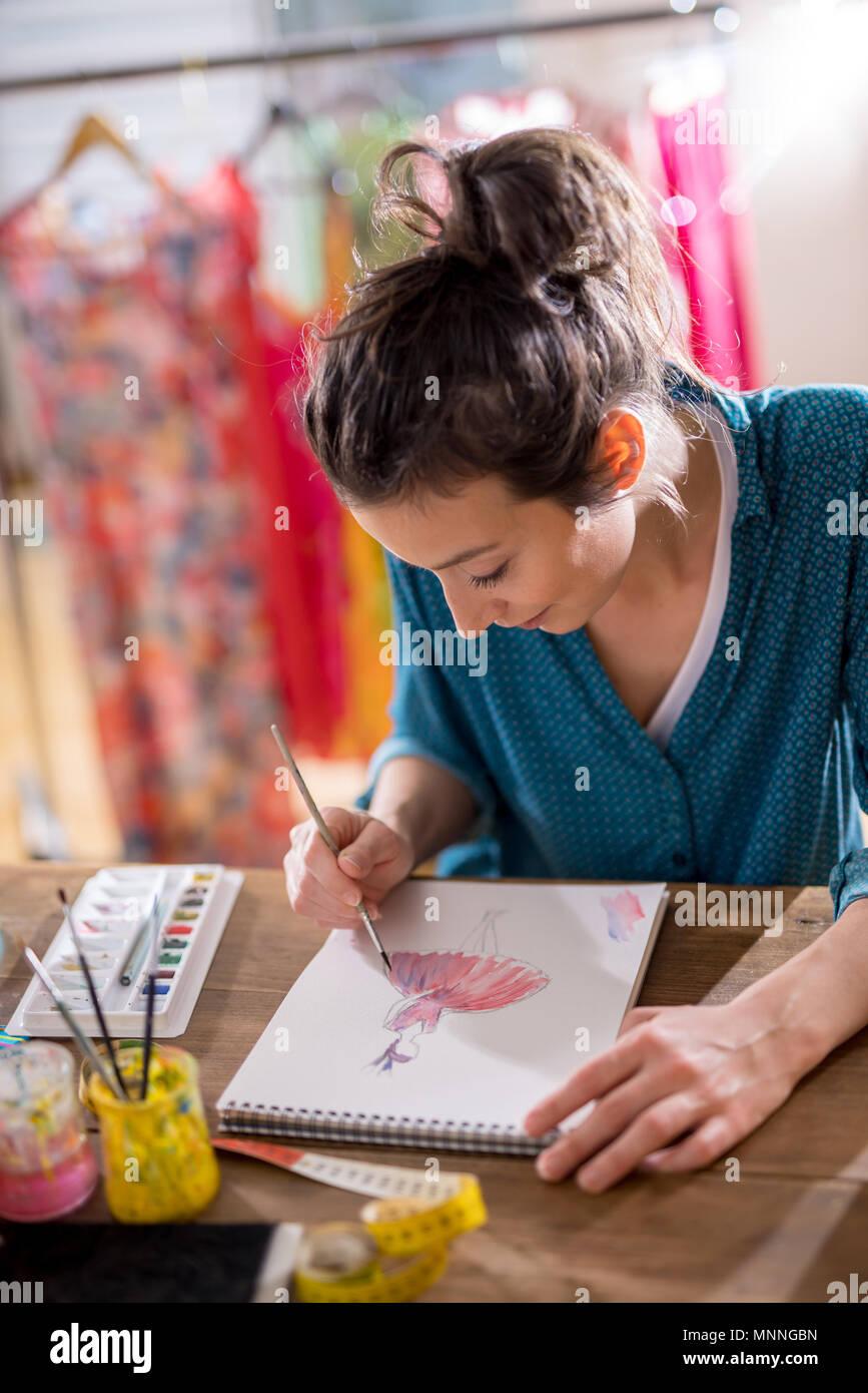 Fashion Designer arbeitet an einem neuen Modell, das in ihrem Studio Stockfoto