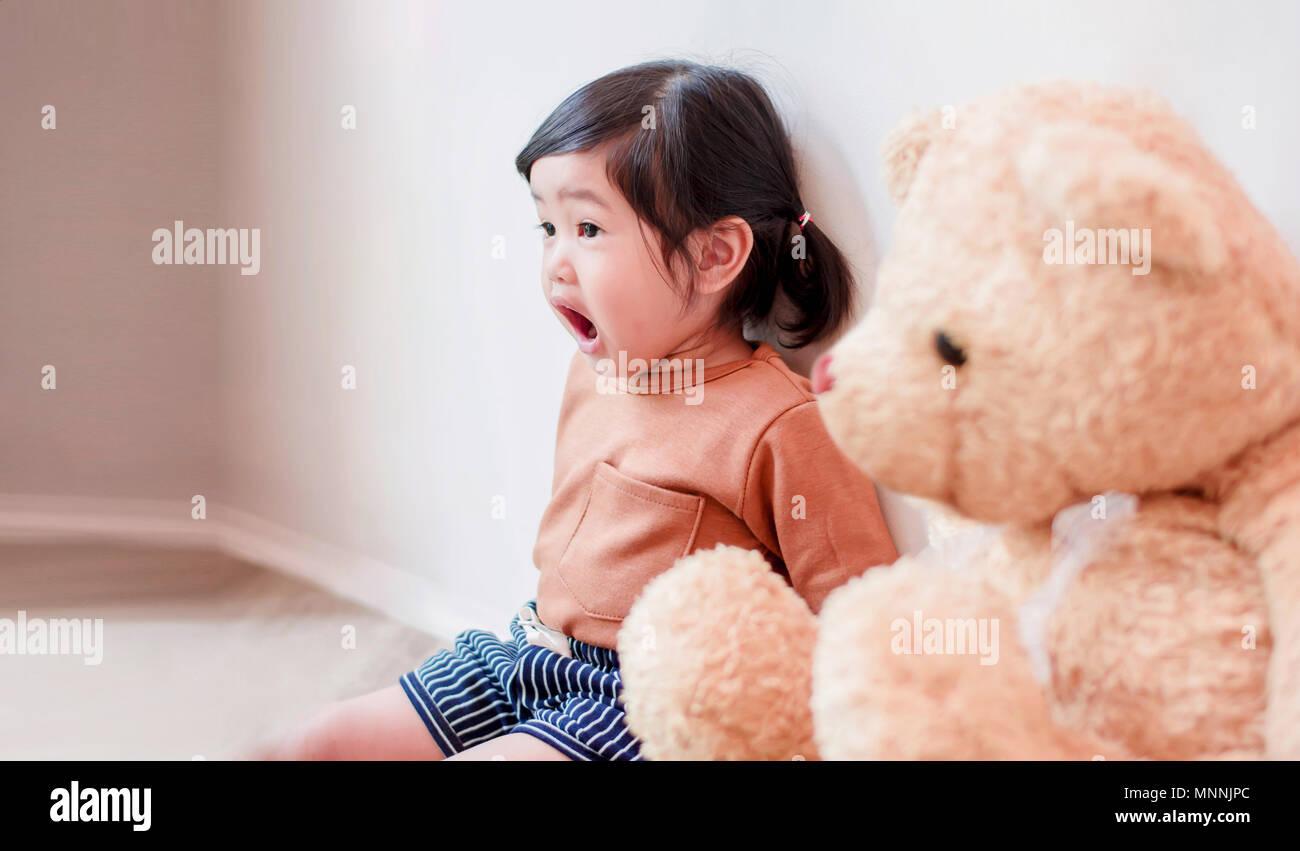 Kinder mit überraschenden Gesicht. Ein zwei Jahre altes Mädchen ...