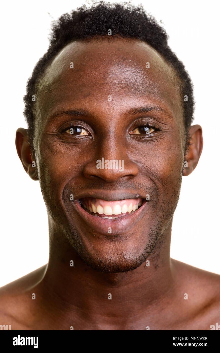 Gesicht der jungen schwarzen afrikanischen Mann glücklich lächelnd Stockbild