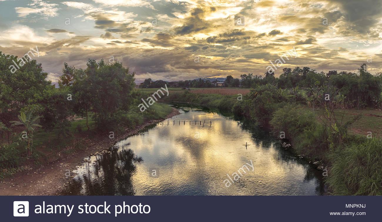Panoramablick auf die atemberaubende Reflexionen bei Sonnenuntergang auf dem Fluss als romantisches Bild Stockbild