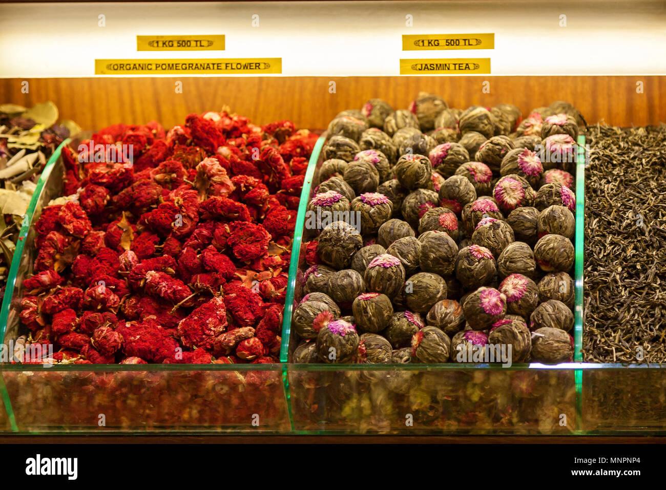 Racks mit Tee und Gewürz Sorten in der Istanbuler Gewürzmarkt in gedämpften Farbton verkauft. Es gibt getrocknete Blumen Kaffee wie Rose, Jasmin, und Tee aus r Stockbild