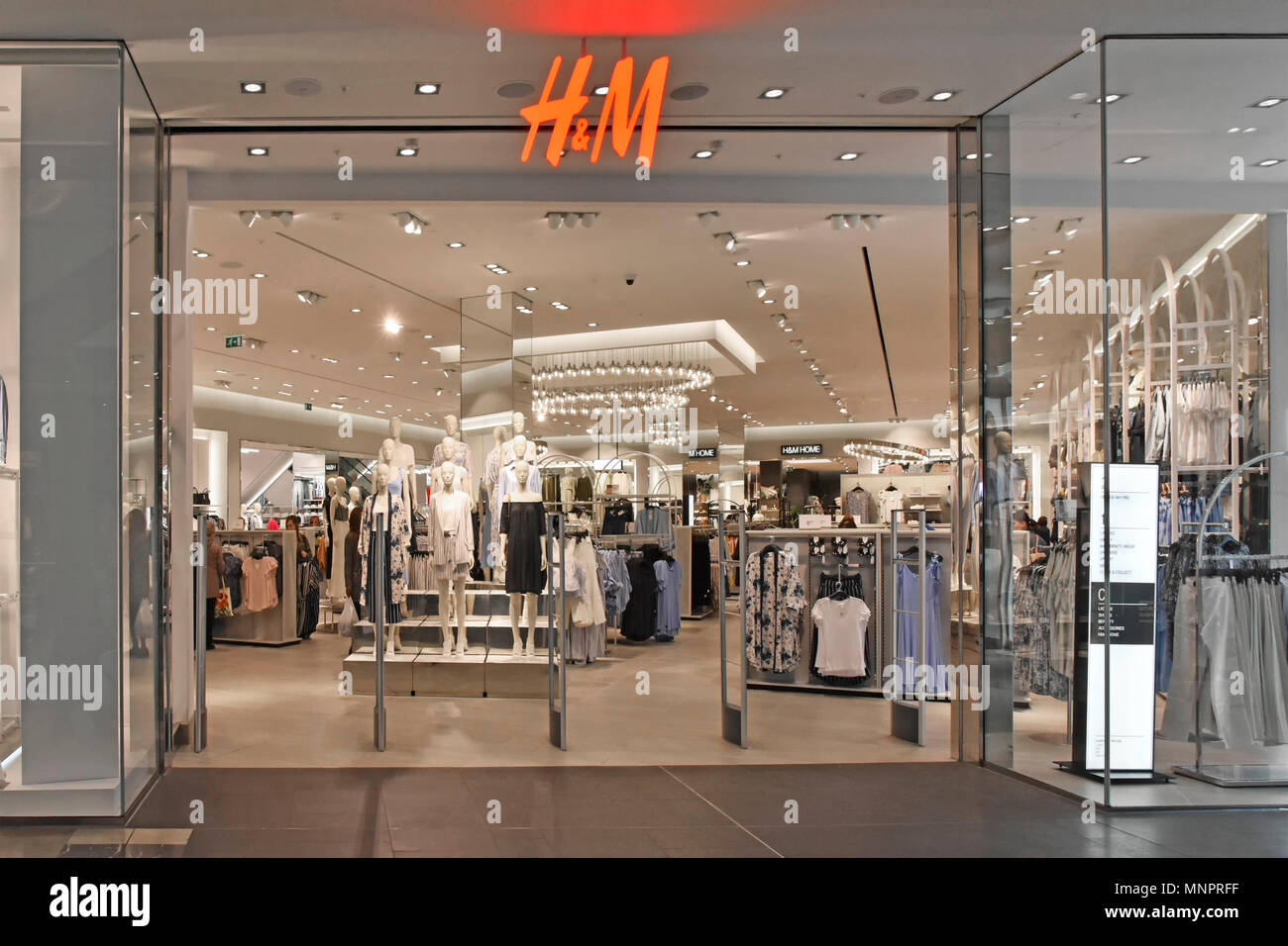 https://c8.alamy.com/compde/mnprff/shopping-mall-am-fruhen-morgen-eingang-interior-design-von-hm-kleidung-store-mannequin-zeigt-shopper-unter-den-regalen-westfield-stratford-london-uk-mnprff.jpg