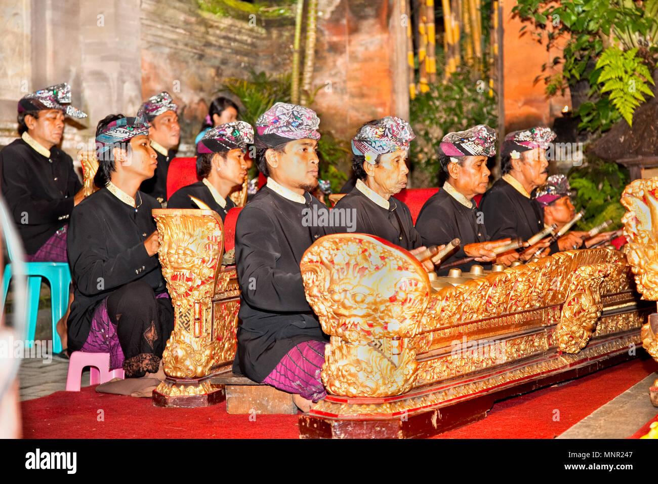 BALI - Januar 19: Legong Trance & Paradies Tanz in Ubud Palace. Ubud Palace ist der beliebteste Ort für nächtliche Tanz, Drama und Musik Performa Stockfoto