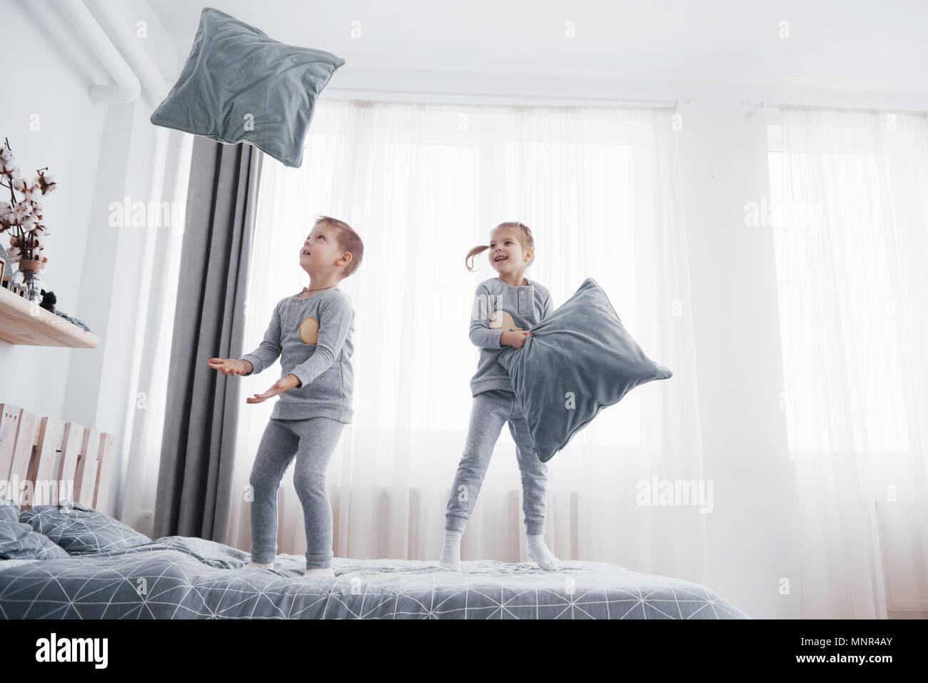 Kinder im Bett der Eltern. Kinder Aufwachen im sonnigen weißen ...