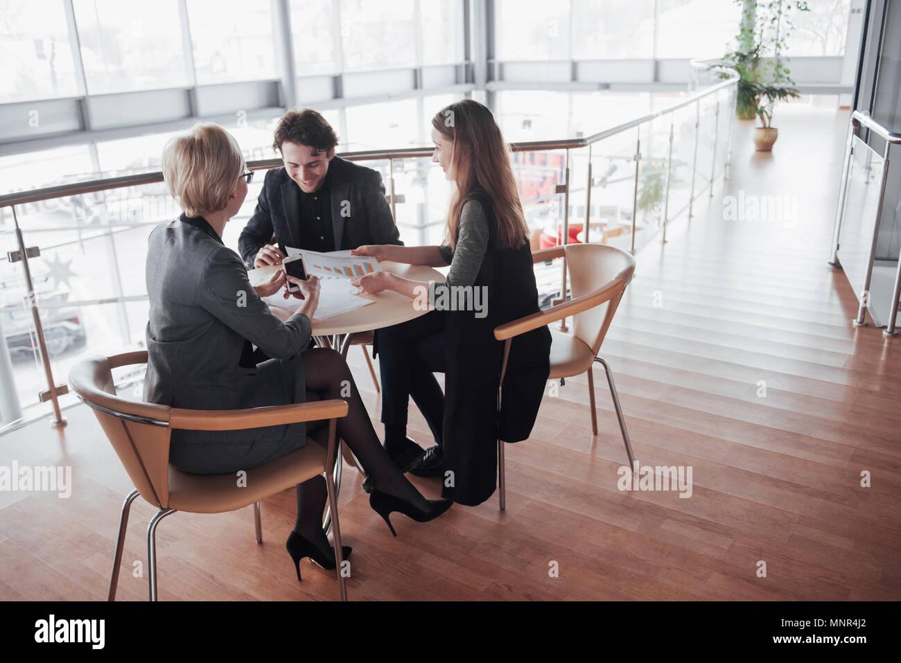 Team job Erfolg. Foto junge Führungskräfte arbeiten mit neuen startup Projekt im Büro. Dokument analysieren, Pläne. Generisches design Notebook auf Holz Tisch, Papiere, Dokumente Stockfoto