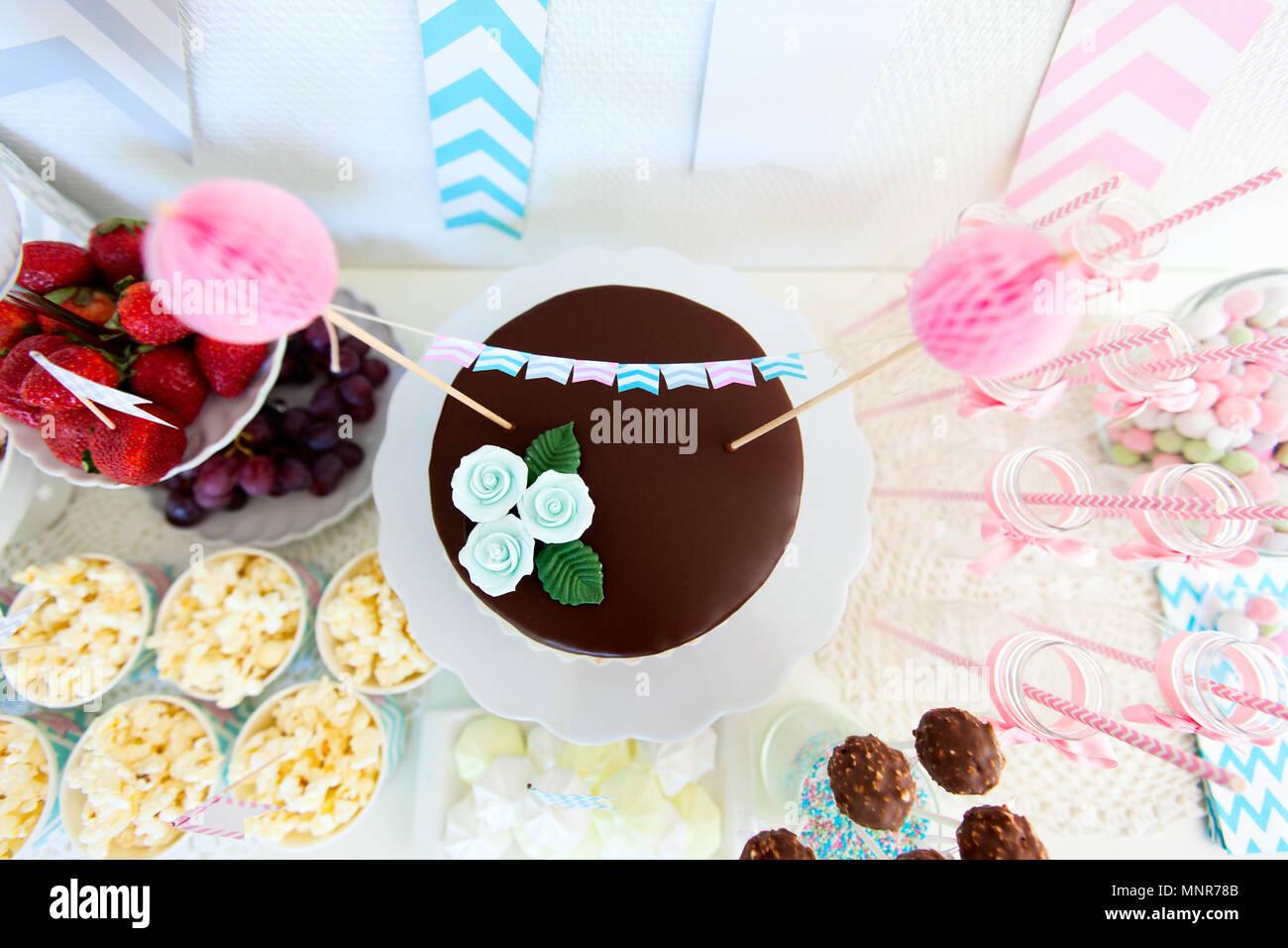 Beeren Popcorn Kanapees Bonbons Und Schokolade Kuchen Auf Ein