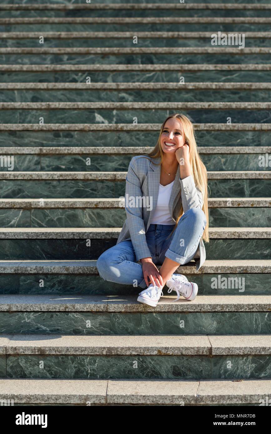 best loved df382 1fd1c Schönen jungen kaukasischen Frau im städtischen Hintergrund ...