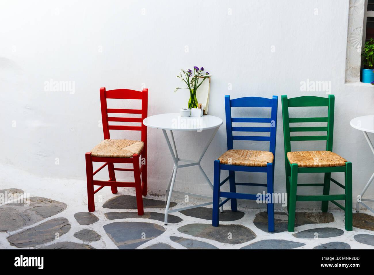Anspruchsvoll Bunte Stühle Foto Von Stühle Und Tisch Auf Straße Des Typischen