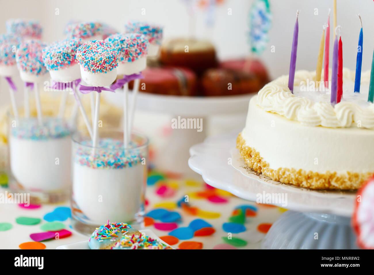 Kuchen, Süßigkeiten, Marshmallows, cakepops, Früchte und andere Süßigkeiten auf Desserttellern tisch Kindergeburtstag Stockbild