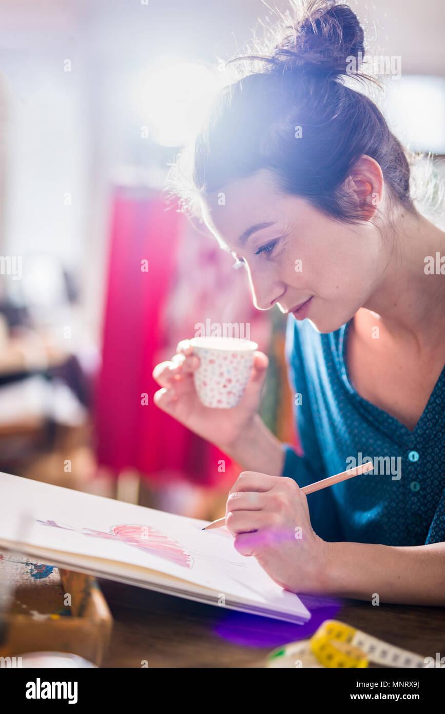 Fashion Designer arbeitet an einem neuen Modell, das in ihrem Studio Stockbild
