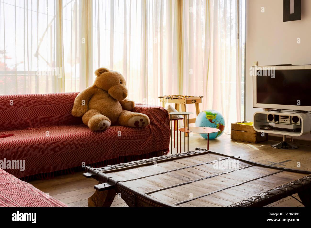 hell innen minimal modernes wohnzimmer mit grossen fenstern beleuchtet personliche gegenstande gluckliche familie atmosphare einer familie von reisenden