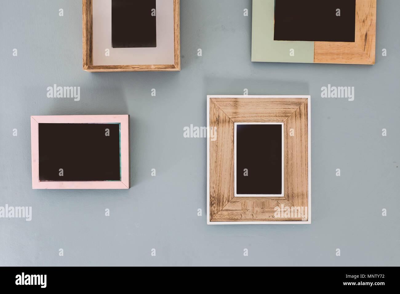 Mehrere viele leere kleine Bilderrahmen auf bunten Wand Stockfoto ...