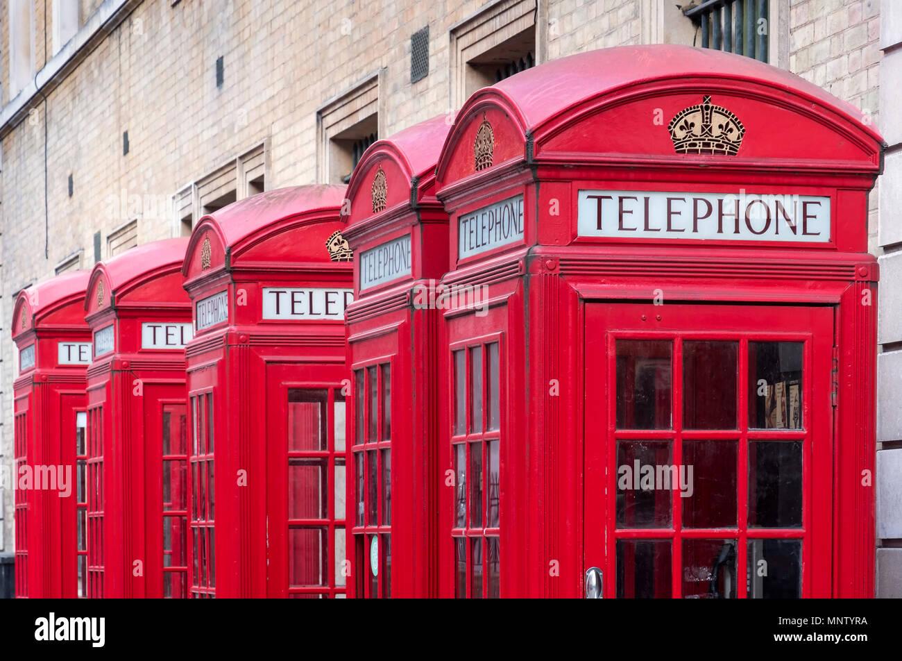 Eine Reihe von Roten britische Telefonzellen, London, England, Großbritannien Stockfoto