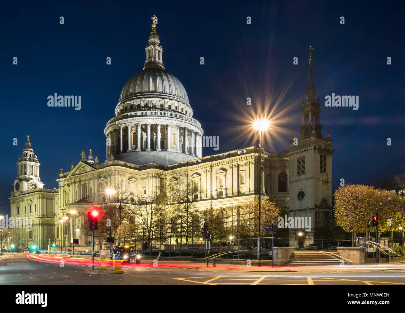 St Pauls Cathedral bei Nacht, London, England, UK Stockbild