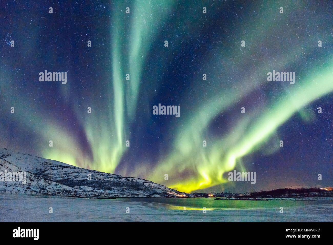 Unglaublichen Nordlichter Aurora Borealis Aktivität oberhalb der Küste in Norwegen Stockbild