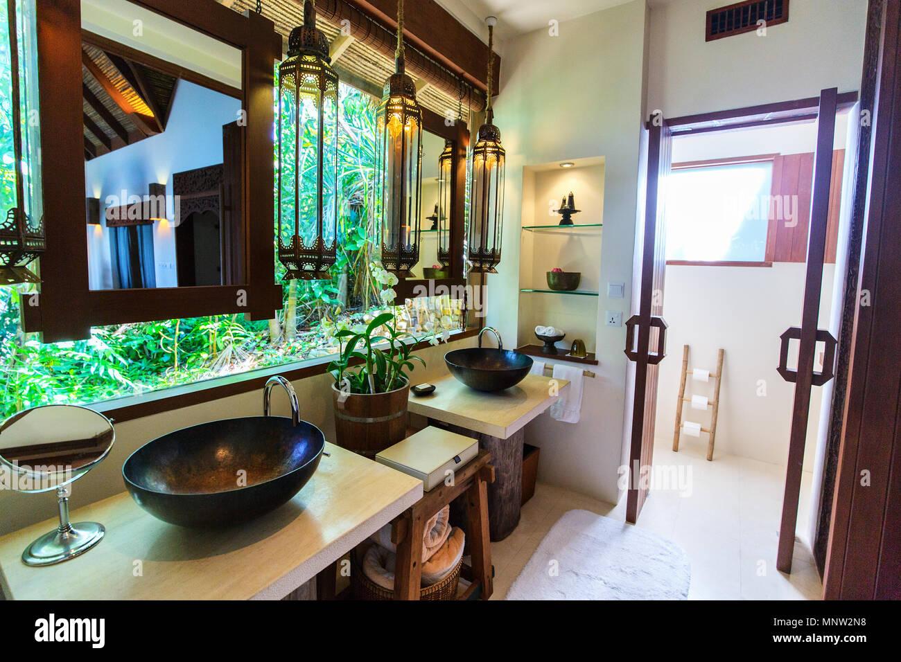 Tropische Bad Interieur in einem Luxus Resort Stockfoto, Bild ...