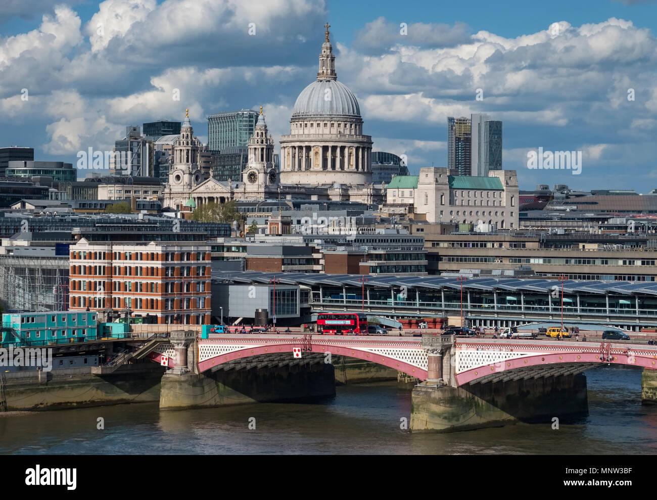 Die St Paul's Kathedrale, Blackfriars Bridge und die Themse, London, England, Großbritannien Stockbild