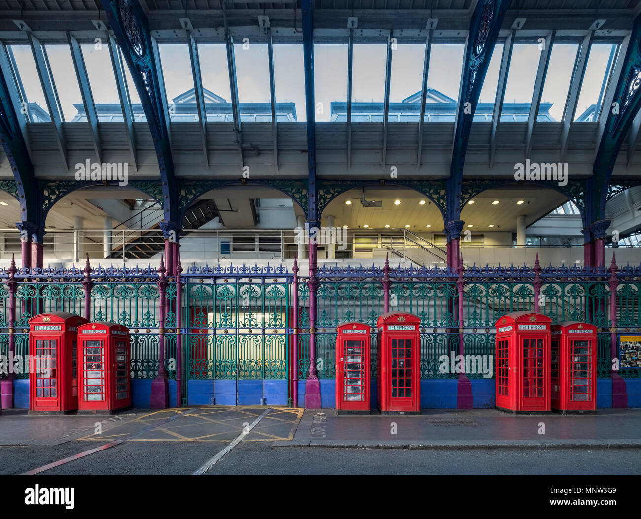 Britische rote Telefonzellen in Smithfield Market, London, England, Großbritannien Stockbild