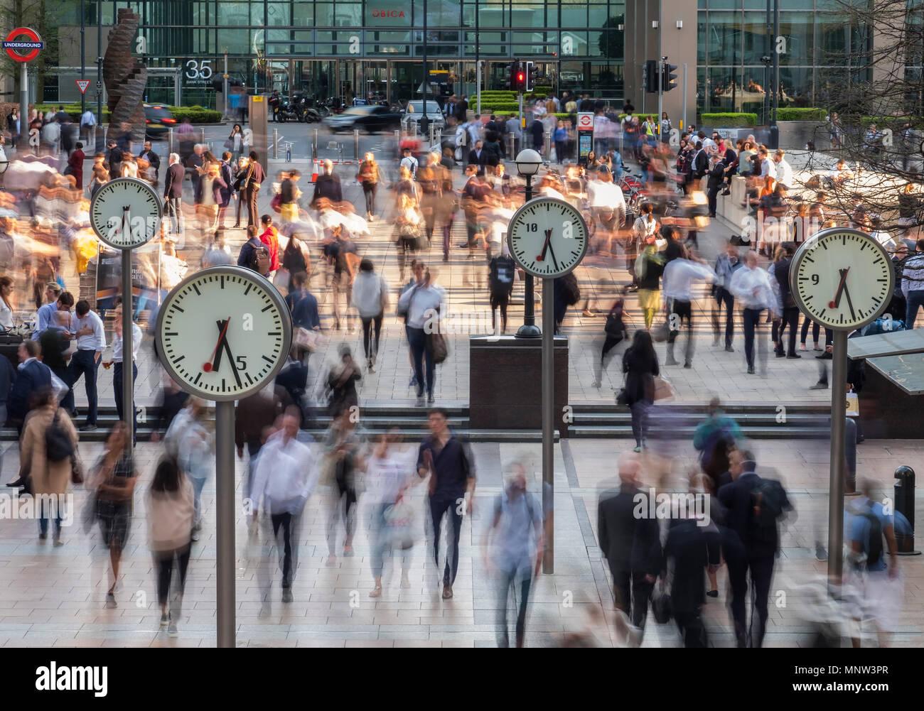 Zeit und Bewegung, sechs öffentliche Uhren, Canary Wharf, London, England, Großbritannien Stockbild