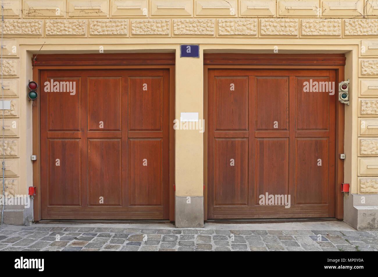 Zwei Holz Garagentore im Haus Stockfoto, Bild: 185647290 - Alamy