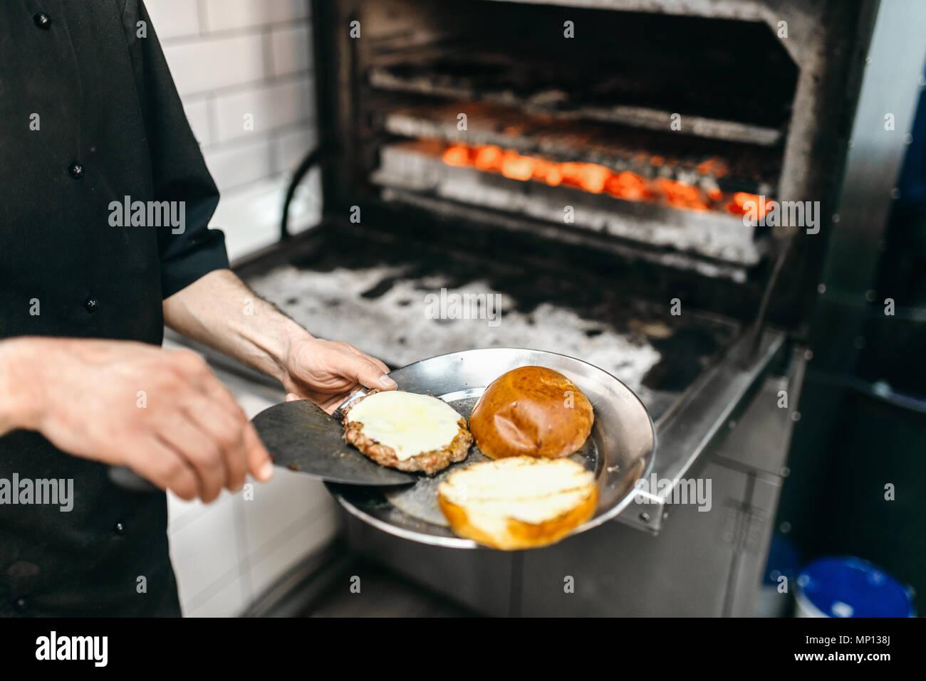 Mannliche Koch Bereitet Leckere Fleisch Am Grill Backofen Burger