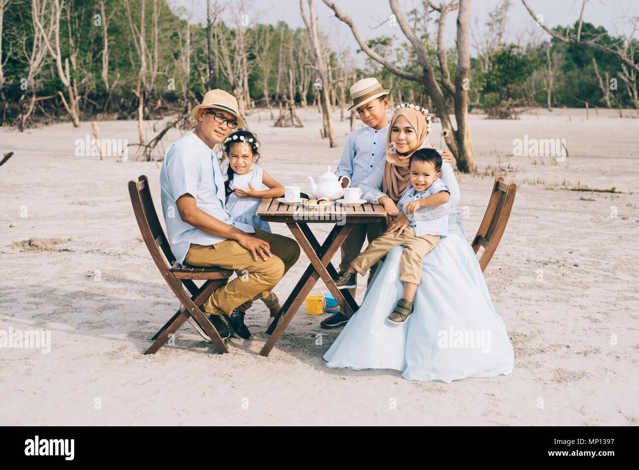 Gerne asiatische Familie in einem guten Moment des Glücks Picknick im Freien. Familie, Liebe und Beziehung Konzept Stockfoto