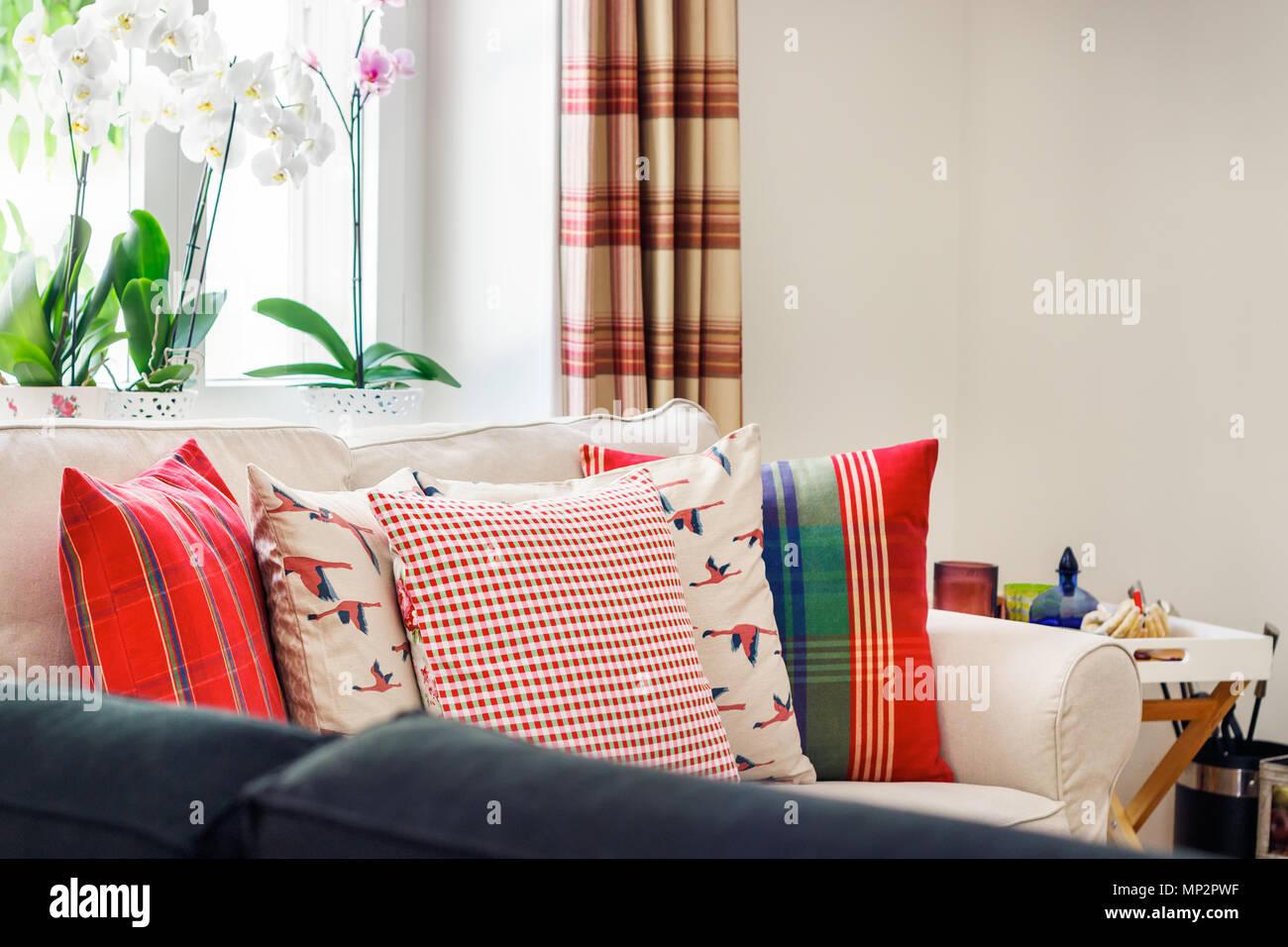 Detail Aus Einem Wohnzimmer Innenraum, Englischer Landhausstil Mit  Vorhängen, Zwei Sitze Sofa Mit Kissen Und Orchideen An Den Fenstern.