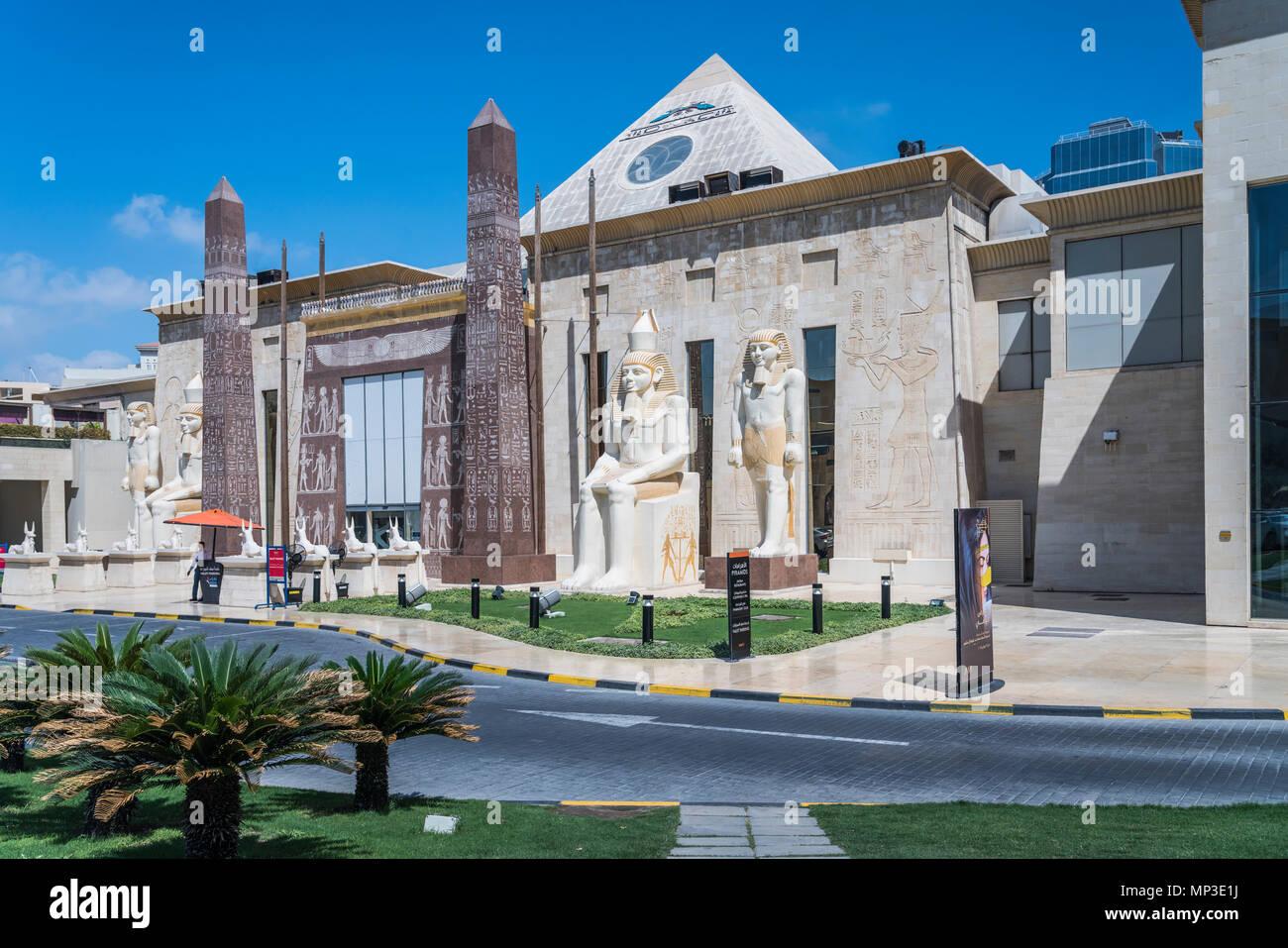 Ägyptischer Architektur in die äußere Fassade der Wafi Shopping Center, Dubai, Vereinigte Arabische Emirate, Naher Osten. Stockfoto