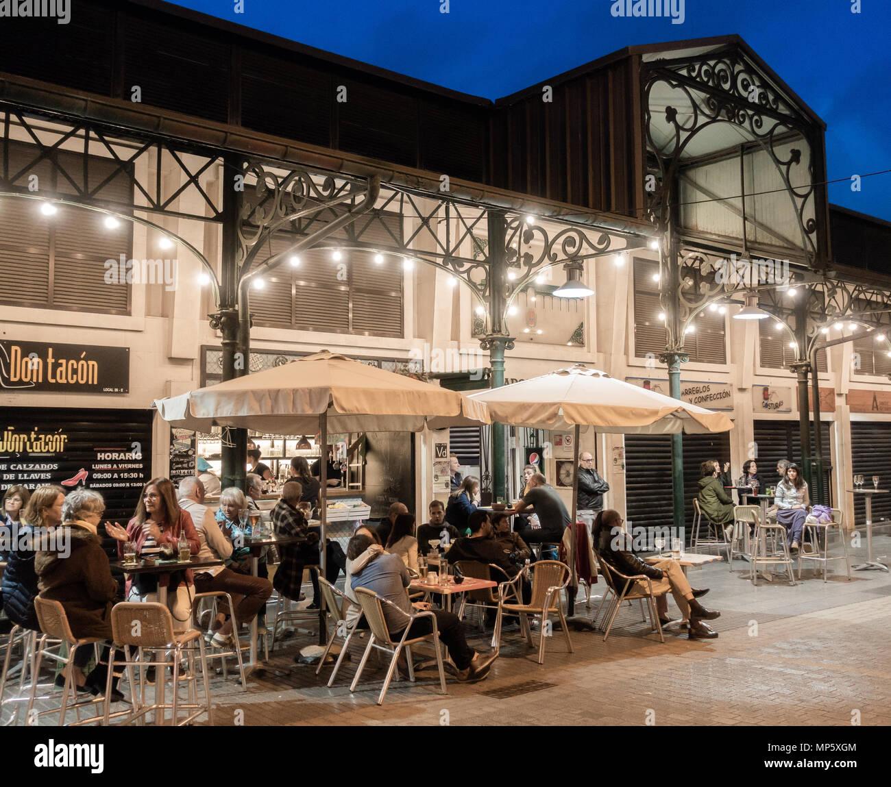 Die Menschen sitzen draußen an der Bar am Mercado del Puerto (Hafen) in Las Palmas, Gran Canaria, Kanarische Inseln, Spanien Stockbild