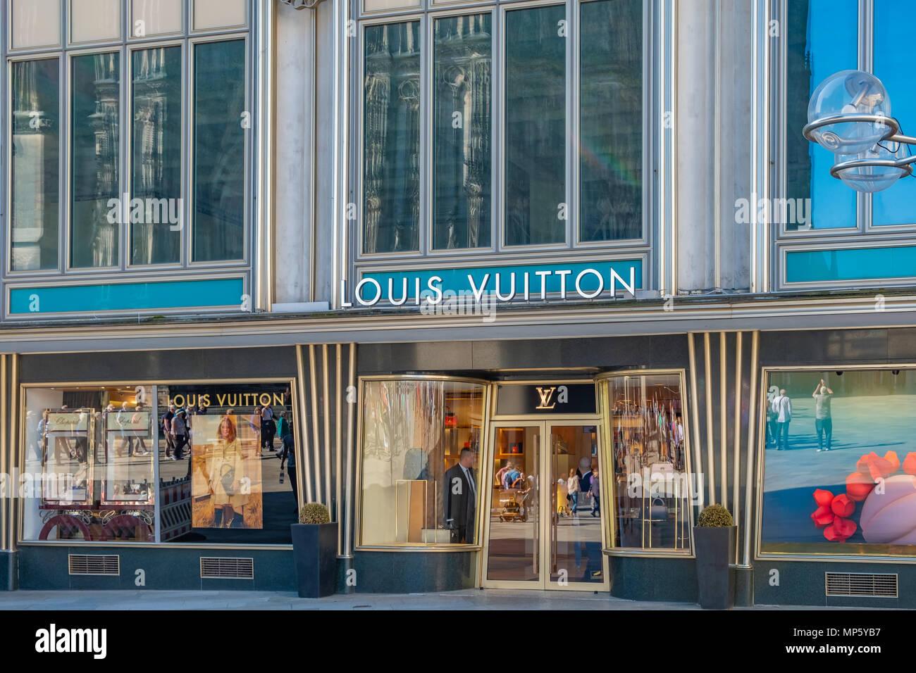0ed0b592e61ae Louis Vuitton storefront in einem gehobenen Einkaufsviertel von Köln ...
