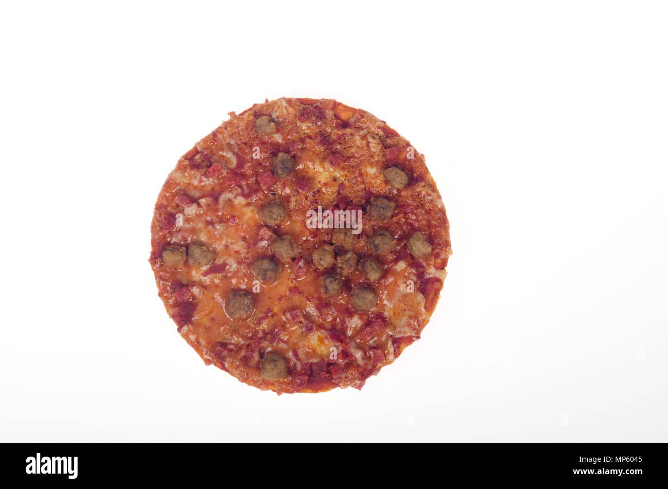 Kleine persönliche Pepperoni Pizza mit Würstchen und Fleisch zusammen mit Tomatensauce und Käse Stockbild